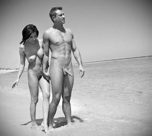 На нудистском пляже