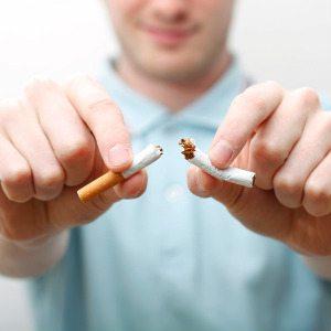 Человек бросает курить