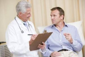 На фотографии пациент с баланопоститом обратился к врачу
