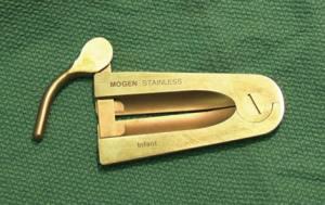 Зажим Mogen, использующийся при оперировании фимоза.