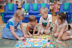 Дети в детском саду сильно подвержены заражению контагиозным моллюском, поэтому могут с легкостью заражать и своих родителей.