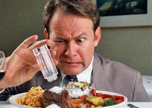 Мужчинам после 50 рекомендуется сокращать количество принимаемой в пищу соли до минимума
