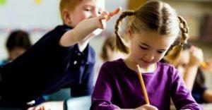 Мальчик дергает девочку за косу