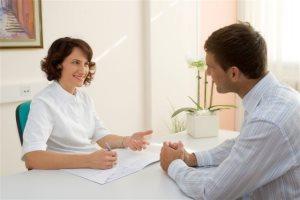 Диагностика остроконечных кондилом у мужчин может проводиться андрологом, дерматологом, урологом