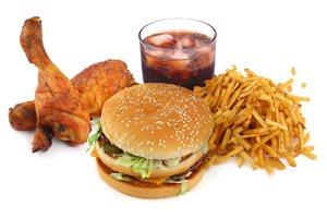 После 50 лет мужчинам рекомендуется резко сокращать или исключать из рациона вредные продукты питания типа фастфуда