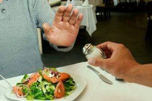 Людям за 60 рекомендуется ограничивать количество седаемой соли в день до 5 грамм