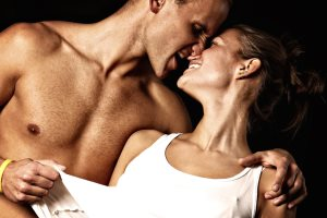 Мужчина с женщиной в страсти