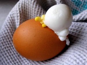 Лопнувшее при варке яйцо - иллюстрация к статье о лечении рака яичка