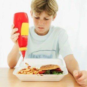 Подросток ест вредную пищу. Нужно приучать себя к правильному питаню с детства