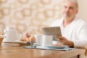 Мужчина после 50 лет за столом