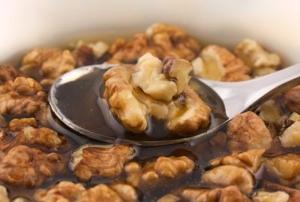 Мед с орехами - хорошее народное средство для увеличения количества спермы