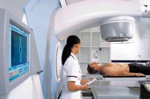 Сеансы лучевой терапии при лечении рака гортани обычно проводят раз в 5 дней 2 месяца