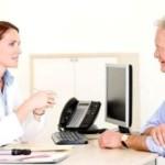 Женщина-врач рассказывает пациенту прогнозы при раке мочевого пузыря